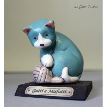 Gattino con gomitolo da collezione in ceramica con base in legno. Dipinto completamente a mano.